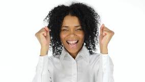 Glückliche schwarze Frau, die Erfolg feiert stockfotos