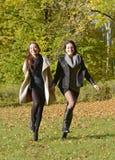 Glückliche Schwestern Stockfoto