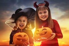 Glückliche Schwestern auf Halloween Lizenzfreie Stockbilder