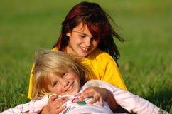 Glückliche Schwestern, die Spaß haben Lizenzfreies Stockbild