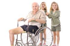 glückliche Schwestern mit Großvater Lizenzfreie Stockfotografie