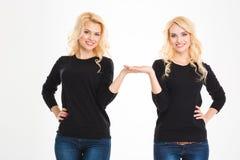 Glückliche Schwestern paart das Halten von copyspace auf den Palmen Stockfotografie