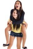 Glückliche Schwestern tragen ein huckepack Lizenzfreies Stockfoto