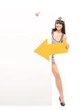 Glückliche Seemannfrau mit einem Pfeil und einer leeren Fahne Lizenzfreies Stockbild