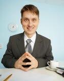 Glückliche Sekretärin, die mit Lächeln sitzt Stockbilder