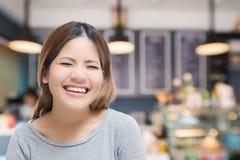 Glückliche selbstständige Frau lizenzfreie stockbilder