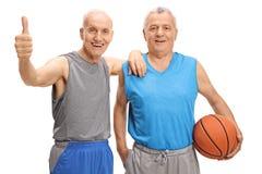 Glückliche Senioren in der Sportkleidung, die einen Daumen herauf Geste herstellt Stockfotografie