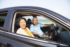 Glückliche Senioren, die Autoreise genießen Lizenzfreie Stockfotografie