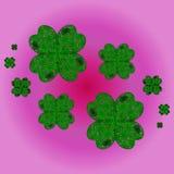 Glückliche Shamrocks auf einem Klee mit vier Blättern Stockfotos