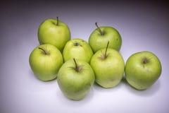 Glückliche sieben grüne Äpfel lizenzfreie stockfotos