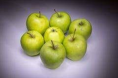 Glückliche sieben grüne Äpfel lizenzfreie stockbilder
