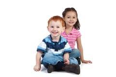 Glückliche sitzende Kinder lizenzfreies stockbild