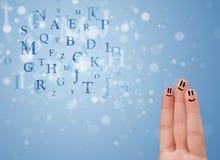 Glückliche smileyfinger, die Mischung von bokeh Buchstaben betrachten Stockbilder