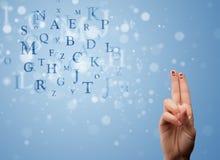 Glückliche smileyfinger, die Mischung von bokeh Buchstaben betrachten Lizenzfreies Stockbild