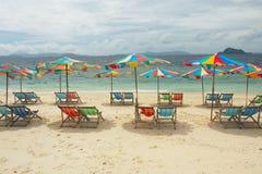 Glückliche Sonnenschirme auf leerem Strand Stockbilder