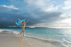 Glückliche sorglose Frau, die schönen Sonnenaufgang auf dem tropischen genießt lizenzfreie stockfotos