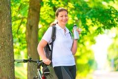Glückliche Sportlerin mit einer Flasche Wasser Stockfoto