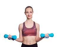 Glückliche sportliche Frau mit den blauen Dummköpfen, die Sport tun, trainieren Getrennt auf weißem Hintergrund Lizenzfreie Stockbilder