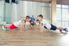 Glückliche sportliche Kinder in der Turnhalle Stockbild