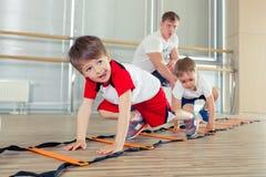 Glückliche sportliche Kinder in der Turnhalle Stockfotos
