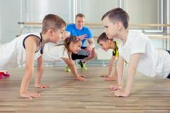 Glückliche sportliche Kinder in der Turnhalle Lizenzfreies Stockfoto