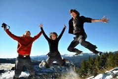 Glückliche springende Wanderer stockfotografie