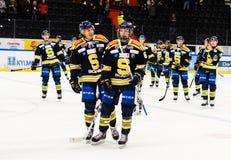 Glückliche SSK Spieler, nachdem sie das Eishockeymatch mit 3-2 in hockeyallsvenskan zwischen SSK und MODO gewannen Lizenzfreie Stockbilder