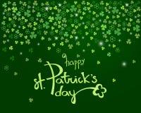 Glückliche St- Patrick` s Tagesbeschriftung auf dunkelgrünem Kleeshamrock Funkelns verlässt Hintergrund Vektor Lizenzfreie Abbildung