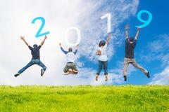 Glückliche Staffelung der Freundteam-Arbeit und springende des Glückwunsches der erwachsenen Leute in guten Rutsch ins Neue Jahr  lizenzfreies stockfoto