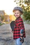 Glückliche Stellung des kleinen Jungen auf der Straßenlage ein Rochen mit seinen Händen das Kind verteidigte sich, er setzte an H stockbilder