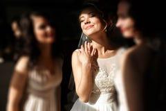 Glückliche stilvolle herrliche blonde Braut mit Brautjungfern auf dem BAC Stockfoto