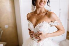 Glückliche stilvolle herrliche blonde Braut mit Brautjungfern auf der Rückseite Lizenzfreies Stockfoto