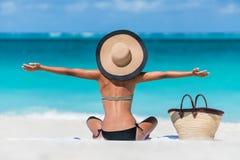 Glückliche Strandfrau der Sommerferien, die Feiertag genießt stockbild