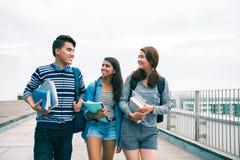 Glückliche Studenten stockbilder