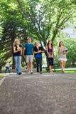Glückliche Studenten, die auf dem Campus gehen Lizenzfreie Stockbilder