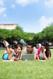 Glückliche Studenten, die Computer verwenden Lizenzfreies Stockbild