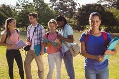 Glückliche Studenten draußen auf dem Campus Stockfoto