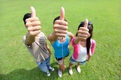 Glückliche Studenten im Campus Stockfotos