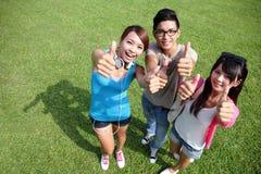 Glückliche Studenten im Campus Lizenzfreie Stockfotos