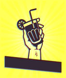 Glückliche Stunde: Hand, die Cocktail-Getränk hält Lizenzfreie Stockfotografie