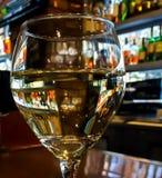 Glückliche Stunden-Wein-Glas Lizenzfreie Stockfotos