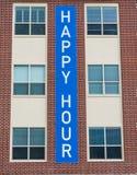 Glückliche Stunden-Zeichen auf Ziegelstein Lizenzfreies Stockfoto