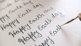 Glückliche Tag der Erde-Kalligraphie und Lattering 7. Linie Nahaufnahme whith Audio stock footage