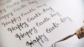 Glückliche Tag der Erde-Kalligraphie und Lattering 9. Linie Nahaufnahme whith Audio stock video