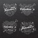 Glückliche Tagesvektor-Weinleseillustration des Valentinsgruß-s Satz Zeichen mit Sonnenstrahlen und -pfeilen Stempel beschriften  Lizenzfreies Stockbild