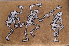 Glückliche Tanzen-Skelette Stockbild