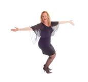 Glückliche Tanzenfrau im schwarzen Kleid Lizenzfreie Stockbilder