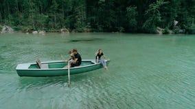 Glückliche tausendjährige Paare auf Boot im alpinen See stock footage