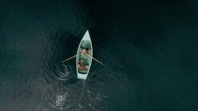 Glückliche tausendjährige Paare auf Boot im alpinen See stock video footage