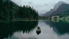 Glückliche tausendjährige Paare auf Boot im alpinen See stock video